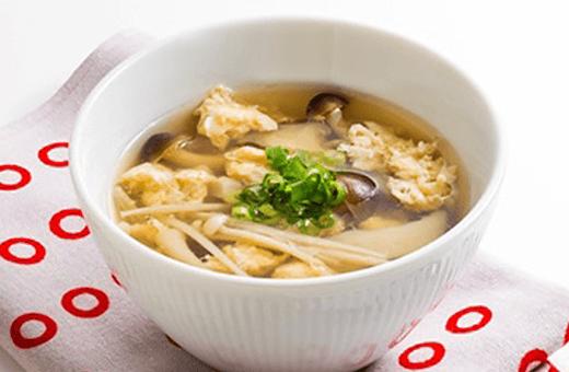 たっぷりきのことふわふわたまごの白だしスープ