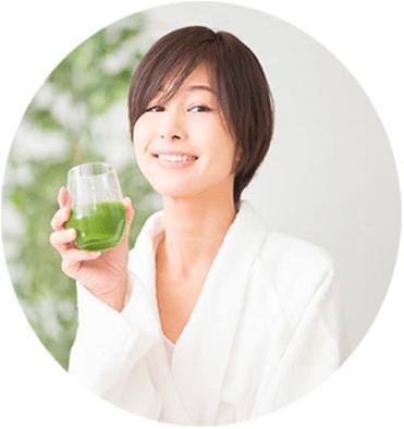 白いきくらげ青汁を持つ 女性イメージ