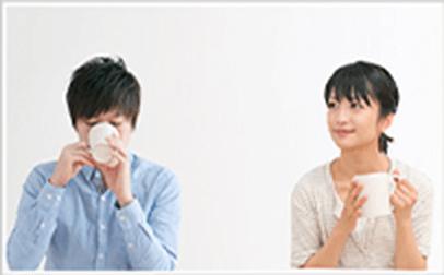 コーヒーを飲む男女イメージ