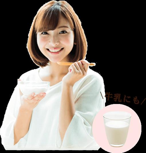 ヨーグルト食べる女性と牛乳