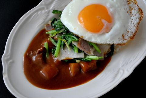 「カリー屋カレー 甘口」×ほうれん草とベーコンで作るポパイ炒め&目玉焼き