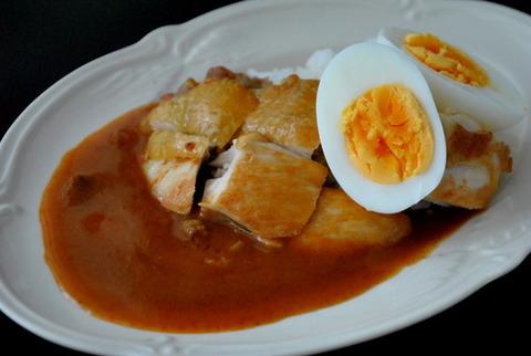 「カリー屋チキンカレー」×皮をパリッと香ばしく焼いたチキンソテー&ゆで卵添え