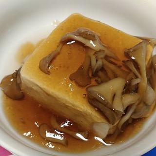 熱を加えなくてもOK!さっと溶ける「明治かんたんトロメイク」を湯豆腐にかけて、あんかけ豆腐出来上がりました♪