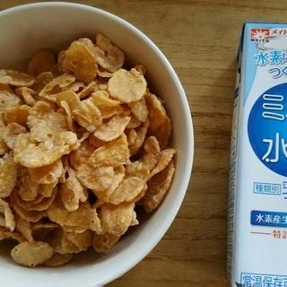 本日の朝食。シリアルに「ミルクde水素」おいしかったし、栄養が摂れてよかったと思います。