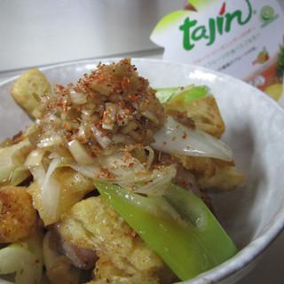 カリカリにした薄揚げと鶏肉、ねぎとネギソースon the タヒン。やんわりピリ辛&爽やかで結構何にでも合う!